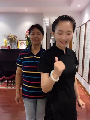 有个会会跳舞的老妈多幸福啊,七十岁还可以天天陪我跳!